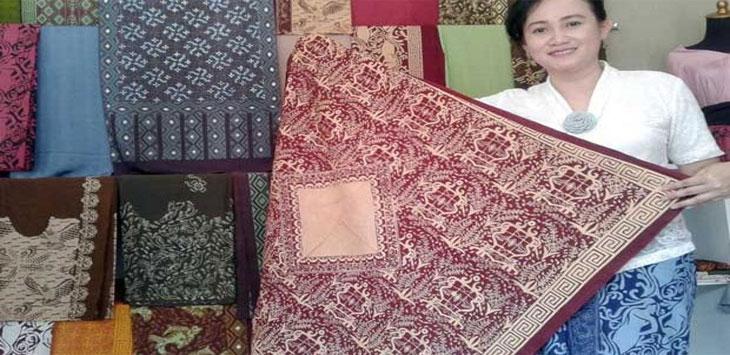 BANGGA: Pemilik batik Lokatmala Sukabumi, Fonna Melania tunjukkan salah satu motif batik Leuit Si Jimat yang telah diciptakannya. Saat ditemui digerainya di jalan Kenari 20-Z Kota Sukabumi, senin (2/10/17). NA/RADARSUKABUMI