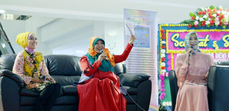LAUNCHING BUKU : Dewi Permana Sari kembali merilis buku keduanya yang berjudul Pelangi Hijab Munajat Qalbu, Lippo Plaza Bogor, minggu (22/10/17). MELDRICK/ RADAR BOGOR