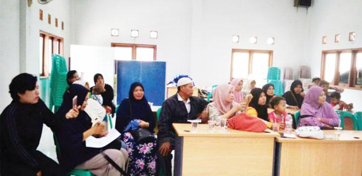 KORBAN PENIPUAN: Warga Desa Bojongkulur melaporkan telah menjadi korban penipuan yang dilakukan pasutri berinisial AH (54) dan SD (45), dengan modus investasi bodong, rabu (11/10/17). Azis/Radar Bogor