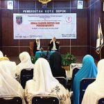 MENERANGKAN: Dr. Mutia Prayanti Errufana saat menerangkan soal kanker serviks dalam acara sosialisasi yang diadakan Yayasan Kanker Indonesia (YKI) Cabang Depok di Balaikota Depok, kamis (12/10/17). Irwan/Radar Depok