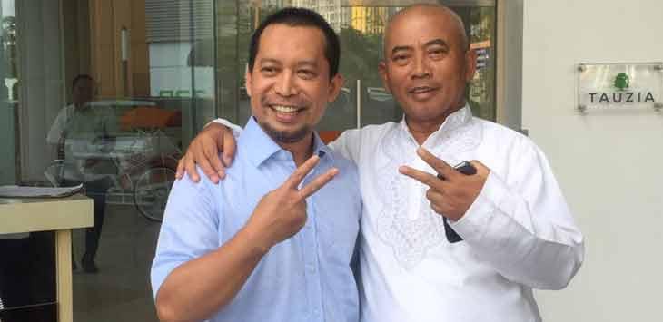 Petahana Rahmat Effendi (kanan) berfoto bersama kandidat yang diusung dari PKS Sutriyono.