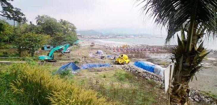 Material proyek Pelabuhan Laut Pengumpan Regional (PLPR) di Pantai Karang Pamulang, Desa Citepus, Kecamatan Palabuhanratu disoal karena diduga berasal dari tambang yang berizin.  IST