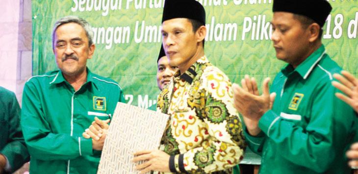 SERIUS: Ketua DPC PPP Kubu Djan Faridz, Endang Kosasih (kiri) mengusung Jaro Ade (tengah) saat Rapimcab, kamis (12/10/17). Dede/ Radar Bogor