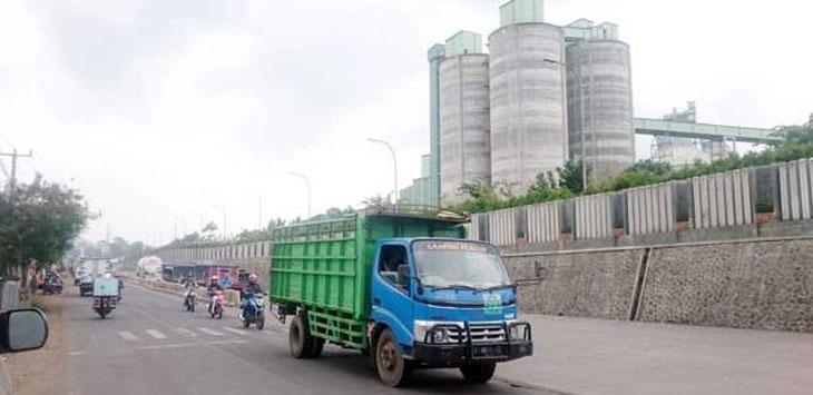 MELINTAS:  Sejumlah kendaraan saat melintas di kawasan PT Siam Cement Group (SCG).