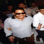 SIDANG LANJUTAN PANDAWA: Salman Nuryanto, terdakwa pemimpin Koperasi Simpan Pinjam (KSP) Pandawa bertemu pendukungnys usai menjalani sidang dalam agenda pemaparan saksi ahli dari JPU di Pengadilan Negeri Depok, senin (23/10/17). Ahmad Fachry/Radar Depok