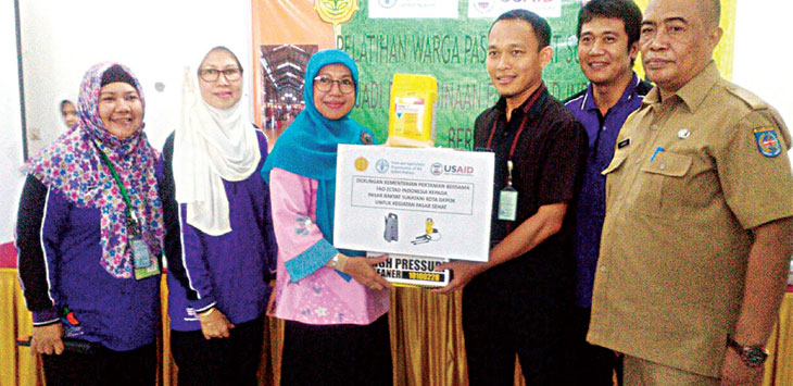 SIMBOLIS: Ketua Forum Kota Depok Sehat (FKDS) Elly Farida, secara resmi menerima bantuan dari Kementerian Pertanian RI bersama FAO ECTAD Indonesia, berupa alat high pressure cleaner dan satu paket alat pelindung diri, rabu (11/10/17). Irwan/Radar Depok