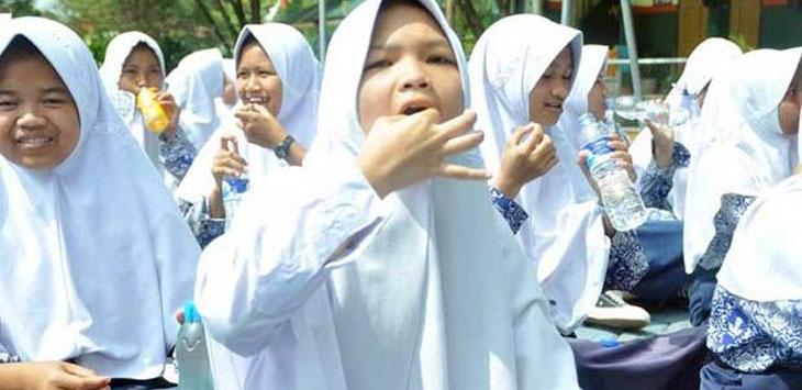 KOMPAK: Puluhan siswi SMP 16 Kota Sukabumi meminum suplemen TTD yang diberikan tim Kesehatan Keluarga Dan Gizi Dinkes Kota Sukabumi, dipandu Wakil Wali Kota Sukabumi, Achmad Fahmi. rabu (18/10/17). FOTO:DIANA/RADARSUKABUMI