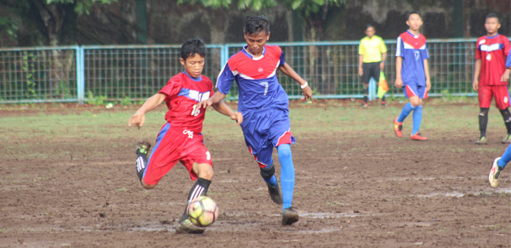 GRuP H KLSP: Pemain SmPN 1 Tanjungkera, Samsul (kiri) berusaha melewati pemain tengah SmPN 2 Conggeang, Kiki, pada pertandingan Grup H KRLSP di Stadion Ahmad Yani, Selasa (10/10).