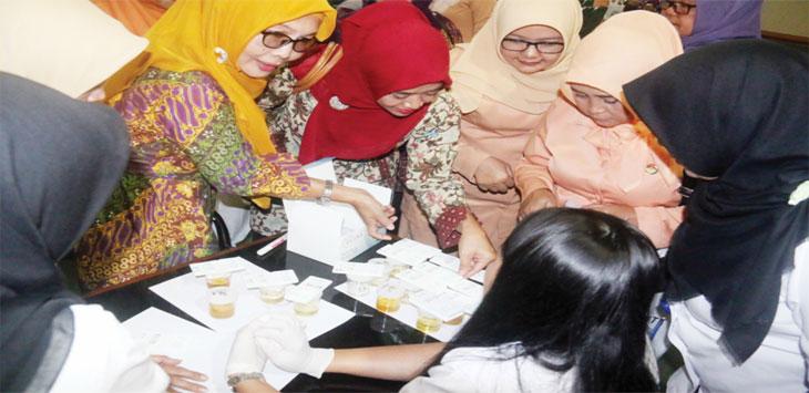 ANTUSIAS: Pengurus Dharma Wanita Persatuan Kabupaten Bogor mengikuti tes urine di Ruang Serbaguna I Gedung Setda Kabupaten Bogor, kamis (12/10/17). Sofyan/Radar Bogor