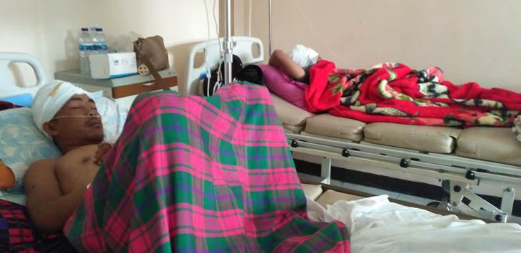 TERBARING: Dua korban pembacokan sejumlah orang tak dikenal harus menjalani perawatan medis di RSUD Cianjur.