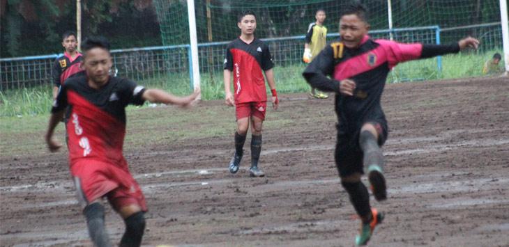 DuEL : Pemain tengah SmPN 2 Sumedang, Iqbal, berduel melewati hadangan pemain belakang SmPN 1 Surian, Lili Setiawan, pada pertandingan penyisihan Grup J KRLSP, kemarin.
