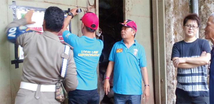 TAK BOLEH OPERASI: Sejumlah Satpol PP Kota Sukabumi melakukan penyegelan bangunan industri teh yang berada di RW 1, Keluarahan/ Kecamatan Warudoyong, Jum'at (20/10/17). FOTO: DENDI/RADARSUKABUMI