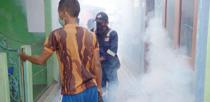 Petugas sedang melakukan fogging di RW 1 Kelurahan Sriwedari Kota Sukabumi, beberapa waktu lalu. FOTO:DIANA/RADARSUKABUMI