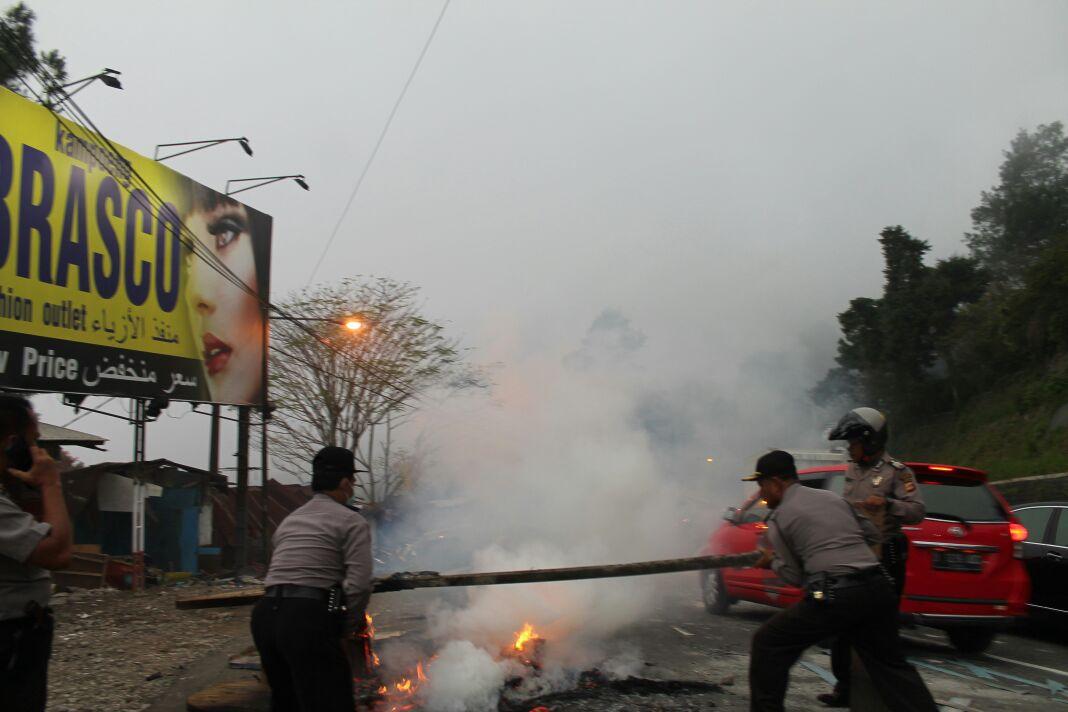 PKL jalur Puncak di Kawasan Ciloto, Cianjur membakar lapaknya.