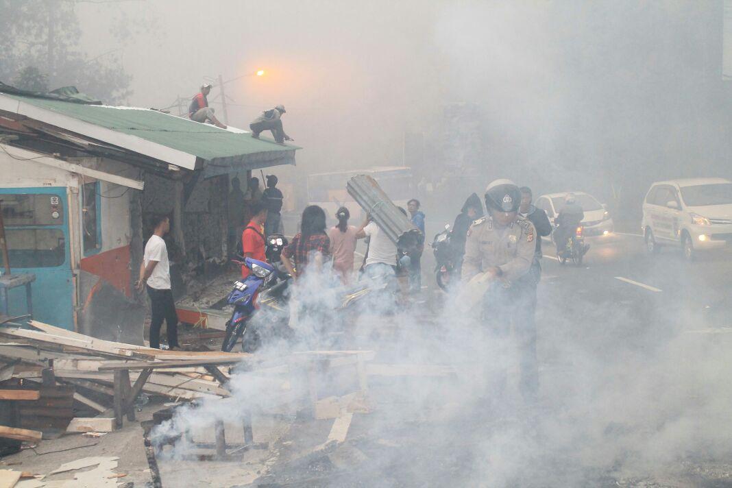 PKL jalur Puncak di Kawasan Ciloto, Cianjur membakar lapaknya. Foto: Farhan/radarcianjur