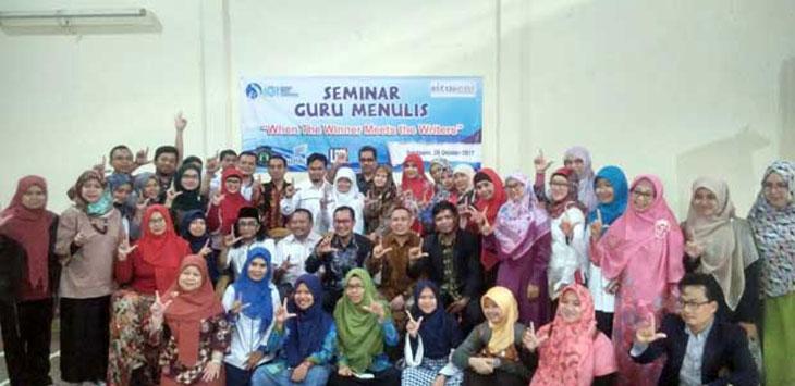 KOMPAK: Foto bersama usai acara seminar guru menulis yang digelar Ikatan Guru Indonesia (IGI) di kompleks SMA Negeri 3 Sukabumi, Minggu (29/10/17). FOTO:DIANA/RADARSUKABUMI