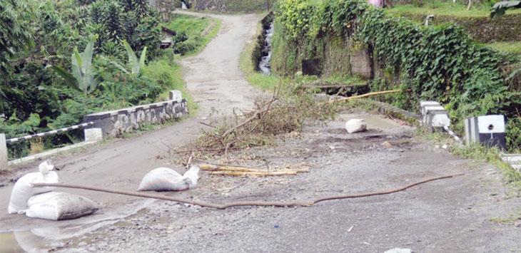 DITUTUP: Jembatan di Jalan Desa Baru Sirem, Desa Tugu Selatan, Kecamatan Cisarua, ditutup satu jalur karena rawan ambruk. Doni/Radar Bogor