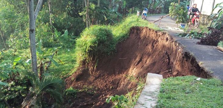 WASPADA: Longsor terjadi di sejumlah wilayah di Kabupaten Bogor, salah satunya di Kecamatan Cijeruk. Warga harus lebih waspada, terlebih setelah keluarnya peringatan pergerakan tanah.