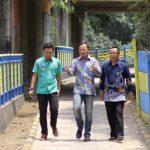 Bima Arya sedang meninjau lokasi hasil program Peningkatan Kualitas di Pemukiman Kumuh Bogor Utara