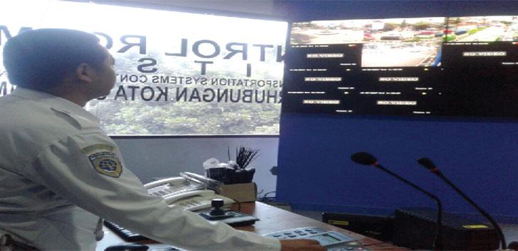 PERIKSA: Staff Bidang Inteligent Transportation System (ITS) Dinas Perhubungan Kota Sukabumi, tengah mengontrol serper yang tersambung dengan CCTV di Sukabumi, jumát (20/10/17). FOTO:DIANA/RADARSUKABUMI