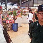 CEK PASAR: Kepala UPT Pasar Sukatani Rusli Arief saat meninjau aktifitas pasar tersebut di kawasan Kelurahan Sukatani, Tapos, jumát (20/10/17). Irwan/Radar Depok
