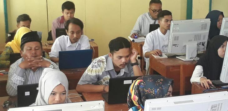 UJIAN:  Terlihat sejumlah peserta tengah fokus mengerjakan soal UNBK kesetaraan paket C di Madrasah Tsanawiyah Negeri (MTSN) 1 Ciparay