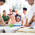 UKASI: Putri Indonesia 2016, Kezia Warouw saat melatih anak-anak dengan teknik hidroponik. dhoni/radar bogor