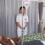 Wakil Wali Kota Sukabumi, Achmad Fahmi saat melihat kondisi Titik K (60) di RSUD Syamsudin S.H Kota Sukabumi, senin (23/10/17). FOTO:DIANA/RADARSUKABUMI