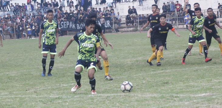 GIRING BOLA: Pemain sepakbola Cianjur berlari mengejar bola. Tim Porda sepakbola Cianjur berhasil mengalahkan tim dari Kota Sukabumi, pada babak kualifikasi Porda 2018, Minggu (22/10) di Stadion Badak Putih Cianjur. Foto: Umar/Rada Cianjur