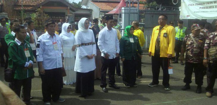 Calon Bupati dan wakil bupati dari  koalisi partai Anne dan Aming saat tiba di kantor KPU Purwakarta