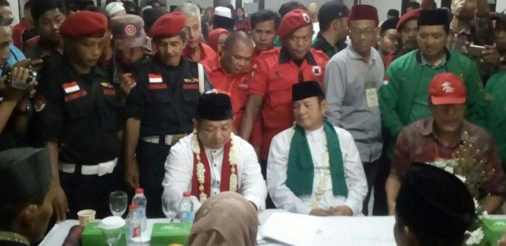 Padil Karsoma dan Acep Maman pasangan calon bupati dan wakil bupati dari partai koalisi PDIP dan PPP, saat menyerahkan berkas-berkas persyaratan ke KPU