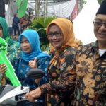 Bapaslon Ade-Iwan Bagikan Simbolis Kunci Kepada Pemenang Undian./Foto: Unang