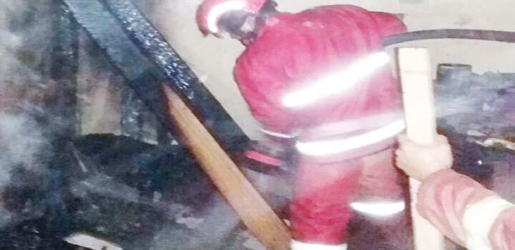 SIGAP: Petugas Damkar saat melakukan pendinginan di lokasi kebakaran. Aji Hendro/Metro Depok