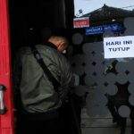 TUTUP: Gerai provider di Jalan Pahlawan Kabupaten Purwakarta tutup sementara. Gerai ini kemalingan dan kerugian diperkirakan mencapai Rp 500 juta.