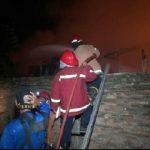 Pemadam kebakaran saat memadamkan api yang menghanguskan Pasar Rawakalong, Sabtu (12/1/2018) kemarin.Enriko/Pojokjabar
