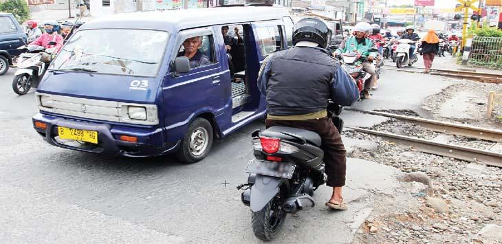MEMBANDEL: Pengendara sepeda motor melawan arah saat melintas di Jalan Dewi Sartika yang diberlakukan Sistem Satu Arah (SSA), kamis (11/1/18). Ahmad Fachry/Radar Depok