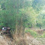 MASIH RUSAK: Ruas Jalan Raya Tanjungsar-Rancakalong Blok Cibawang masih dalam kondisi rusak karena terdampak banjir disposal. TOHA HAMDANI/RADAR SUMEDANG