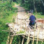 DARURAT: Kondisi jembatan Cilayung hingga kini masih berupa jembatan darurat dari kayu dan bambu. TOHA HAMDANI/RADAR SUMEDANG