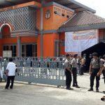 Polisi Tampak Berjaga-Jaga di Depan Kantor KPU Kabupaten Bogor./Foto: Ikhsan