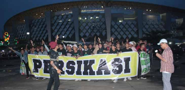 Suporter Persikasi Kabupaten Bekasi saat melakukan aksi di depan Stadion Wibawamukti belum lama ini. Mereka menyuarakan untuk segera ada pembenahan prestasi Persikasi.