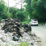 SAMPAH: Tampak sejumah pengendara saat melintasi tumpukan limbah yang sengaja dibuang oleh oknum dilokasi Cadas Pangeran Atas (CPA). TOHA HAMDANI/RADAR SUMEDANG