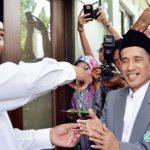 SERAHKAN KUNCI: Wali Kota Bekasi, Rahmat Effendi, secara simbolis menyerahkan kunci gedung baru MUI kepada Ketua MUI Kota Bekasi, Zamakhsyari Abdul Majid. IST/RADAR BEKASI
