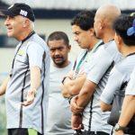 INTRUKSI: Pelatih Persib Bandung, Mario Gomez memberi intruksi kepada tim Maung Bandung saat latihan.