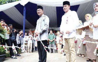 PERESMIAN : Walikota Bandung, Ridwan Kamil dan Dirut PDAM Tirtawening Kota Bandung, Sonny Salimi, melakukan gunting pita saat peresmian masjid Maaimmaskuub, Jumat (12/1/18). Ist
