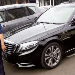 PECAH: Mobil Mercy bernopol B 412 YYK, korban bobol kaca milik WNA asal Korea Selatan sedang diperiksa anggota Polresta Depok. RUBIAKTO/RADARDEPOK