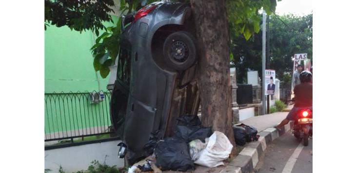 kecelakaan unik di purwakarta mobil ini tampak jatuh dari langit pojok jabar. Black Bedroom Furniture Sets. Home Design Ideas
