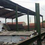 SEPI: Pembangunan atap Pasar Tradisional Cimindi di Jalan Mahar Martanegara ditinggalkan pekerjanya. GATOT POEDJI UTOMO/RADAR BANDUNG