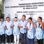 KOMPAK: Empat bapaslon cagub dan cawagub Jabar tampak kompak bergandengan tangan saat akan menjalani tes kesehatan di RS Hasan Sadikin Bandung, kamis (11/1/18). RMOL