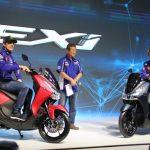 Pembalap Movistar Yamaha MotoGP (Valentino Rossi dan Maverick Vinales) dan Presiden Direktur PT Yamaha Indonesia Motor Manufacturing (YIMM) Minoru Morimoto saat launching Yamaha Lexi di Jakarta.