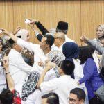 SEMANGAT: Presidium Bogor Timur berfoto bersama Ketua DPRD Ade Ruhandi usai dialog, rabu (17/1/18).